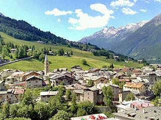 Bormio liegt in einer beeindruckenden Berglandschaft